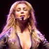 Britney Spears perd ses cheveux en plein concert (vidéos)