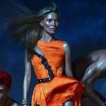 Kate Moss prend le pouvoir sur les hommes dans la nouvelle campagne de Versace.©Mert Alas & Marcus Piggott