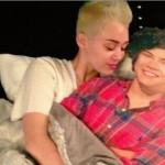 Miley Cyrus au lit avec Harry Styles / Twitter de Miley Cyrus / All Rights Reserved