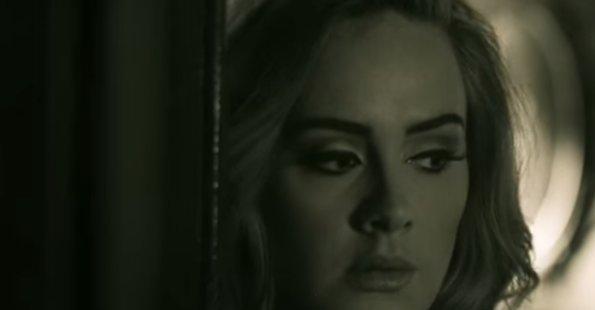 Adele dans le clip de Hello